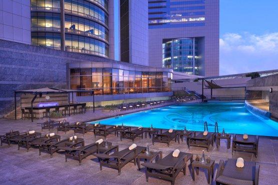 Swimmingpool mit Bar und eleganten Liegeplätzen im Jumeirah Emirates Towers